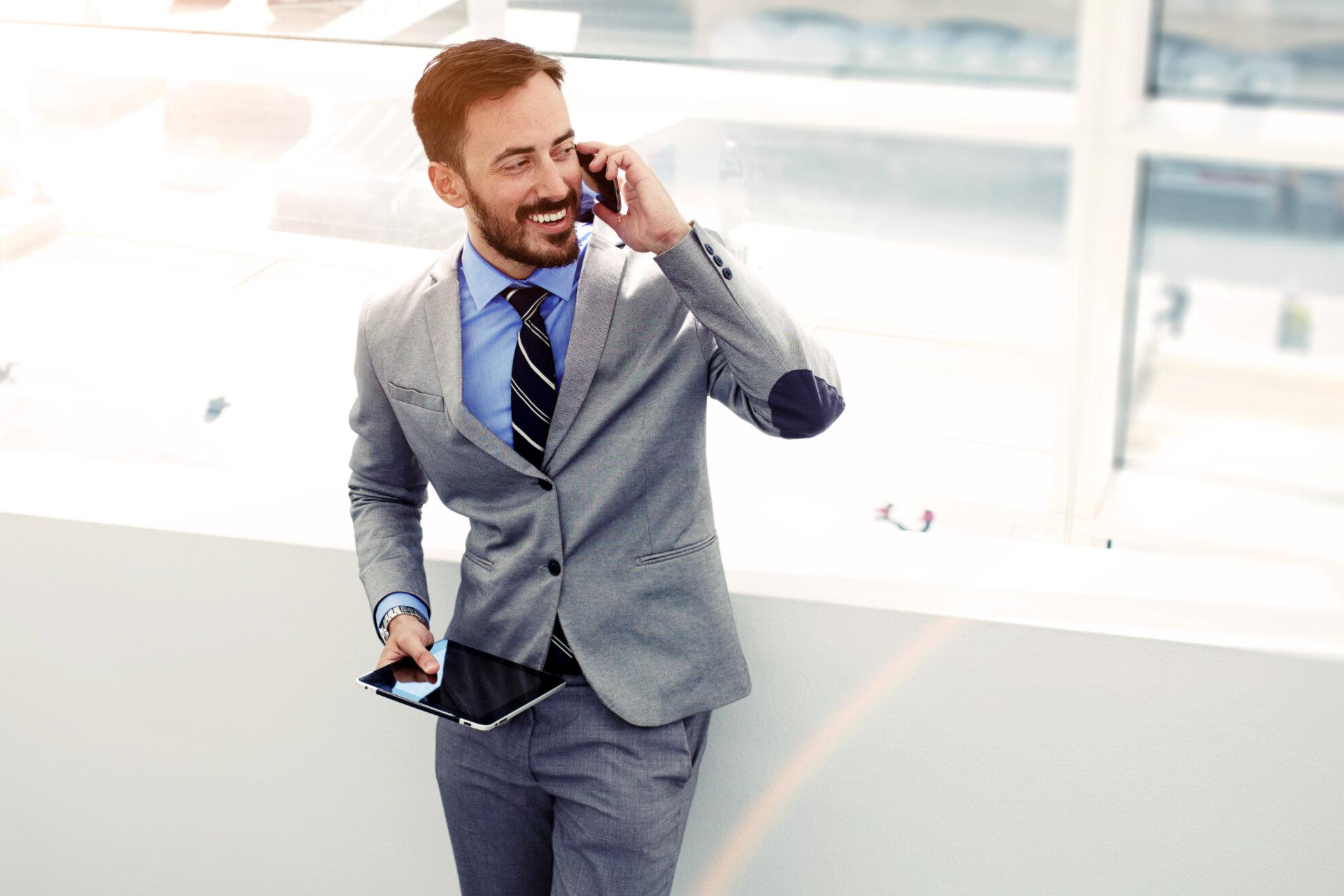 Vertikal Helse N3 328291337 businessman phone
