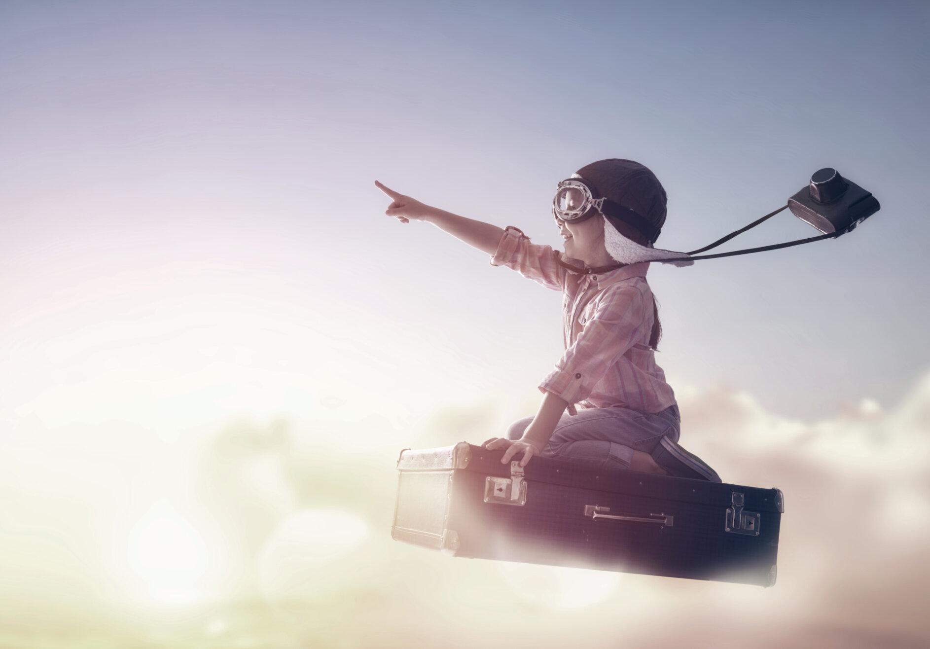 Vertikal Helse 400379983 child flying suitcase