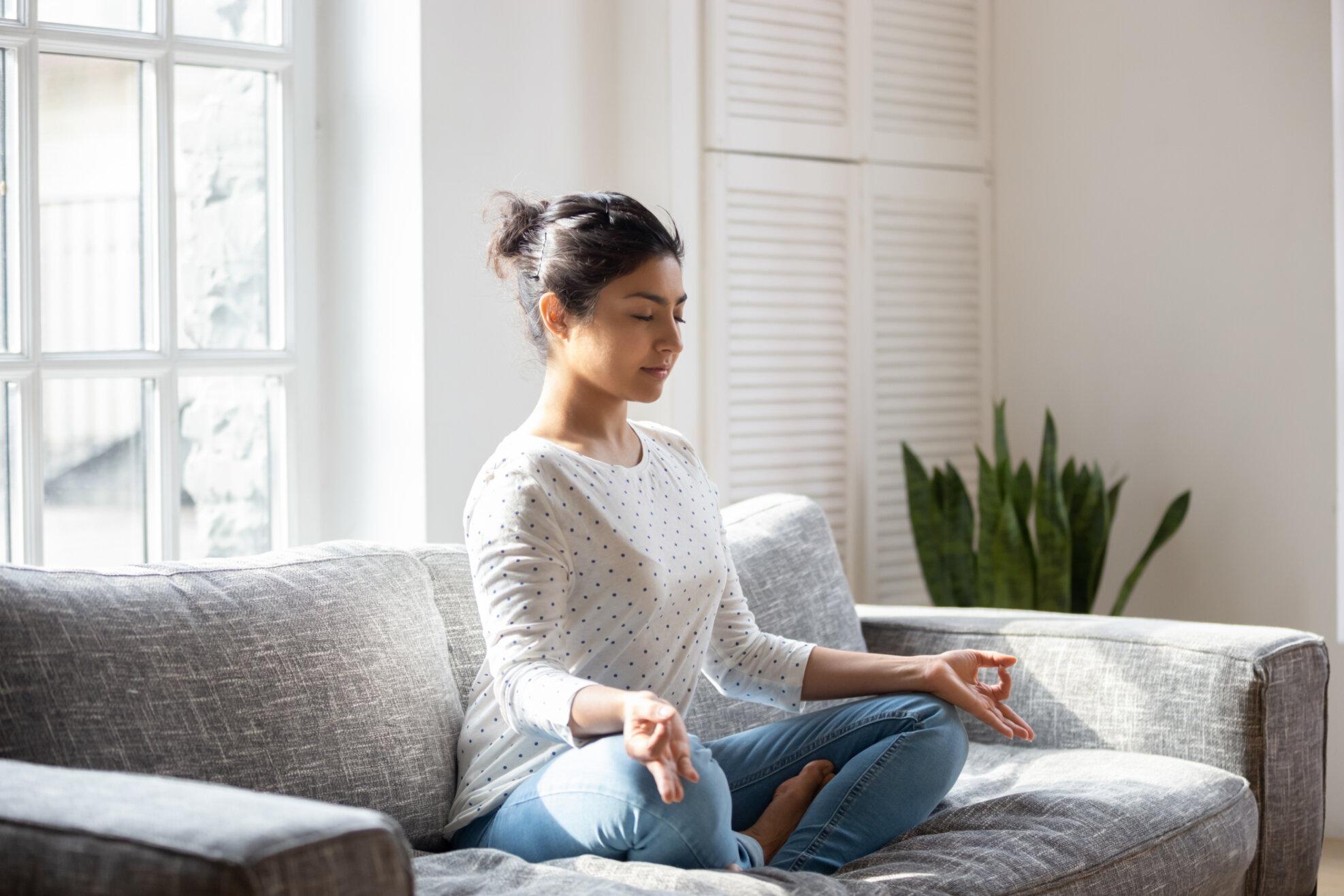Vertikal-Helse-dame-mediterer